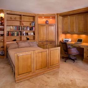 деревянная мебель в спальне с кабинетом