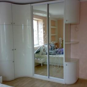 Стильный шкаф в современной спальне