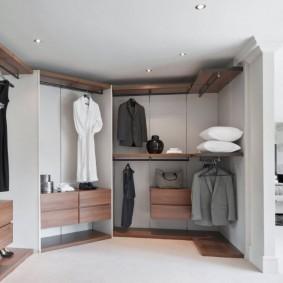 Вместительный шкаф в спальной комнате