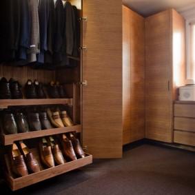 Выдвижная обувница в шкафу для спальни