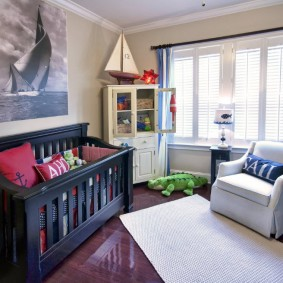Деревянная кроватка в спальне для младенца