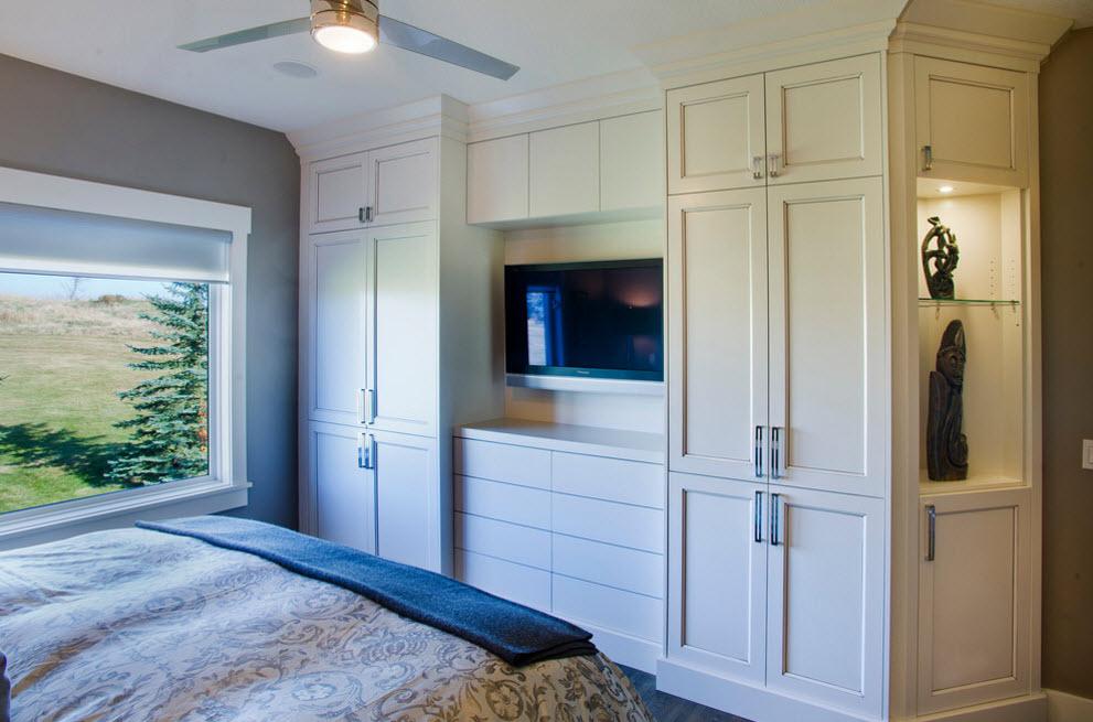 Спальня с комодом между шкафами фото
