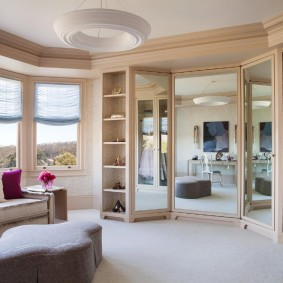 Зеркала в интерьере спальни с эркером