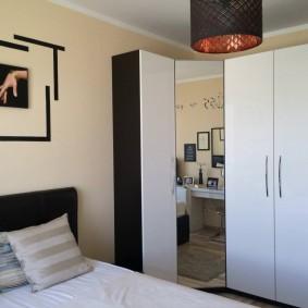 Модульный шкаф в спальне с кроватью