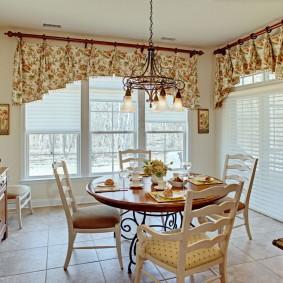Короткие шторы в интерьере кухни-гостиной