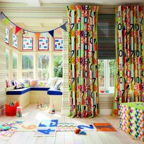 Пестрые шторы в детской комнате