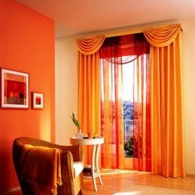 Оранжевые шторы с красивым ламбрекеном