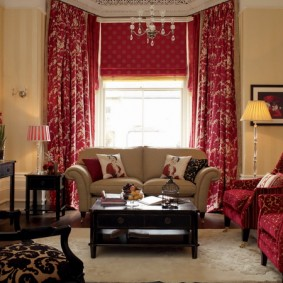 Плотные шторы в комнате с диваном