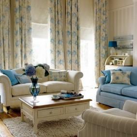 Мягкая мебель в зале с красивыми шторами