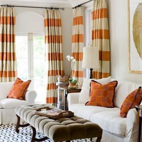 Горизонтальные полоски на шторах в гостиной
