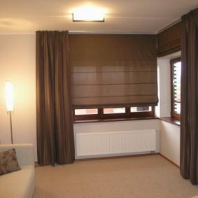 Коричневые шторы в угловой комнате