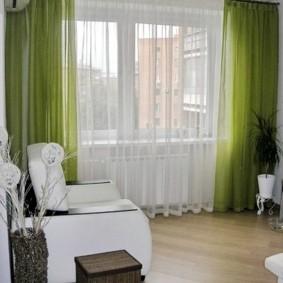 светло-зеленые занавески в паре с белой гардиной