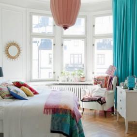 Бирюзовая штора в спальной комнате