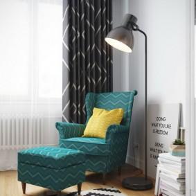 Плотная занавеска за мягким креслом