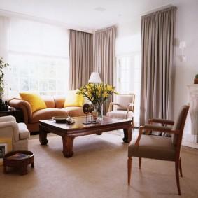 Прямые шторы до самого пола гостиной комнаты