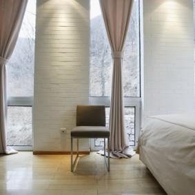 Спальная комната с узкими окнами