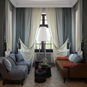 Прямоугольный эркер с двумя диванами в загородном доме