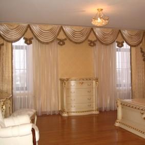 Декор ламбрекеном окон в гостиной двухкомнатной квартиры