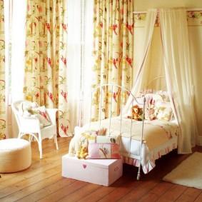 Кровать с балдахином в комнате подростка