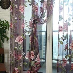 Полупрозрачная занавеска с цветочным рисунком