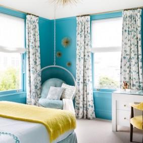 Голубые стены в спальном помещении