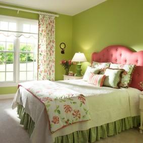 Широкая кровать в спальне деревенского стиля