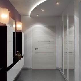 Зонирование коридора двухуровневым потолком