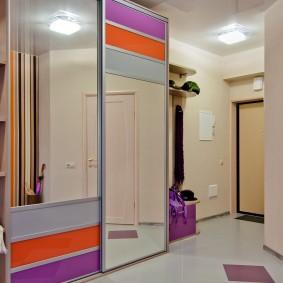 Яркие полосы на дверцах шкафа купейного типа