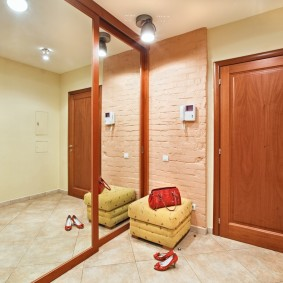 Зеркальный шкаф-купе с широкими дверцами