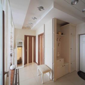 Встроенная мебель в белом коридоре