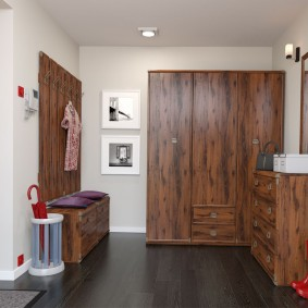 Деревянная мебель в коридоре с черным полом