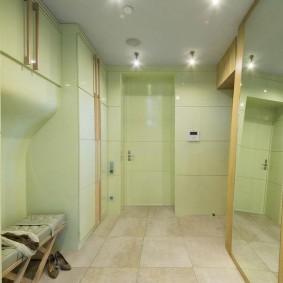 Светло-зеленые стены коридора в двушке