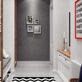 Плакат в интерьере белой прихожей квартиры