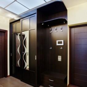 Черный шкаф-купе в комплекте с вешалкой