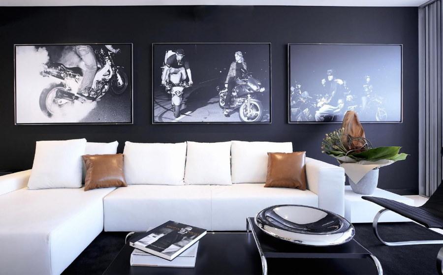 Фото с мотоциклами на стене над диваном