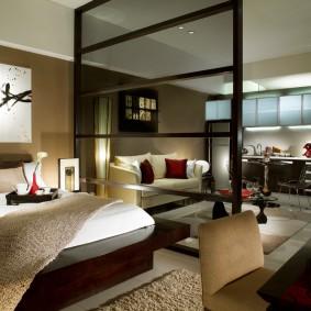 Прозрачная перегородка в спальном помещении