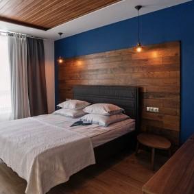 Деревянное панно за изголовьем кровати