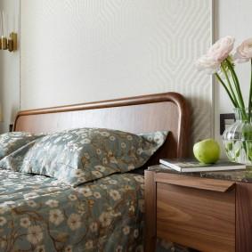Деревянная спинка двухспальной кровати