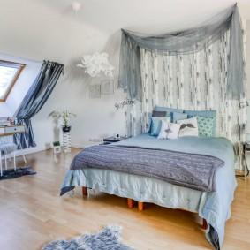 Уютная спальня в мансардной комнате