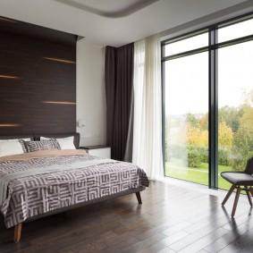 Панорамное окно в светлой спальне
