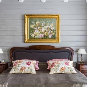 Небольшая картина над кроватью молодоженов