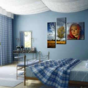 Синие стены в спальном помещении
