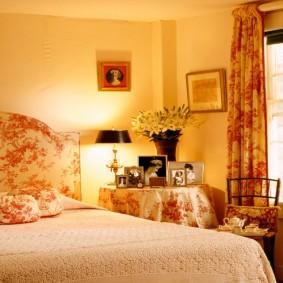 Освещение в спальне с красивыми шторами
