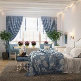 Синие занавески в просторной спальне