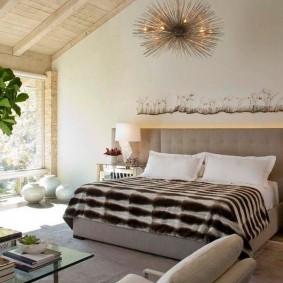 Наклонный потолок в спальне частного дома