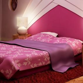 Розовая стена за кроватью в комнате