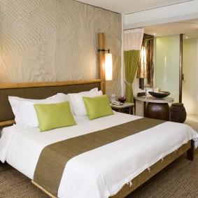 светло-зеленые подушки на широкой кровати
