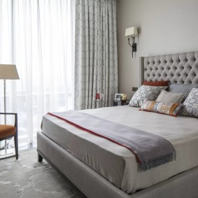 Современная спальня в трехкомнатной квартире