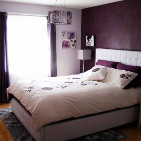 Темно-фиолетовые обои в спальной комнате