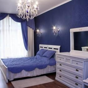 Темно-синие обои на стене комнаты